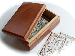 Caixa de madeira para guardar os baralhos